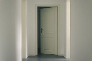 Deurstickers op de dichte deuren van de Hoeve