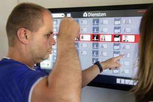 SmartBoard of digitaal planboard woonkamer trainingshuis en behandelgroep